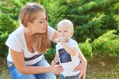 Счастливые красивые мать и дочь или сын младенца Стоковые Изображения RF