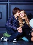 Счастливые красивые молодые пары с белыми воздушными шарами Стоковые Изображения