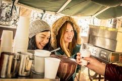 Счастливые лучшие други подруг имея потеху на поставщике кофе Стоковое Изображение