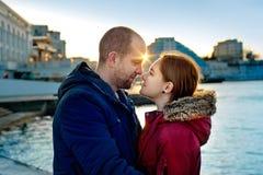 Счастливые любящие пары обнимая в городе Портрет молодого привлекательных усмехаясь человека и женщины ослабляя на пристани морем Стоковые Изображения