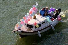 Счастливые люди на борту на масленице стоковые изображения