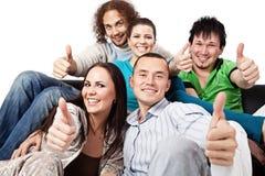 счастливые люди thumbs вверх по детенышам стоковое изображение rf