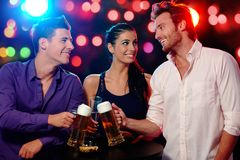 Счастливые люди clinking на партии Стоковое фото RF