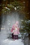Счастливые маленькие сестры имеют потеху в снежном лесе стоковые изображения