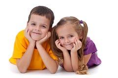 Счастливые малыши - мальчик и девушка Стоковое Изображение RF