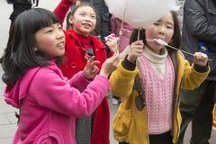 Счастливые малыши с конфетой хлопка Стоковое Изображение