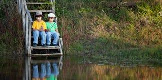 Счастливые мальчики идут удить на реке, 2 детях fisherma Стоковые Фото
