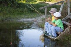 Счастливые мальчики идут удить на реке, 2 детях fisherma стоковое изображение rf