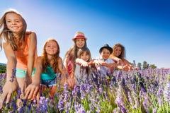 Счастливые мальчики и девушки имея потеху в поле лаванды Стоковая Фотография