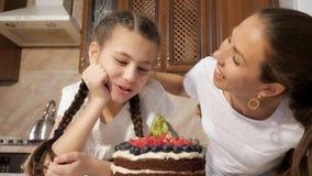 Счастливые мама и дочь обнюхивают сваренный шоколадный торт с ягодами видеоматериал