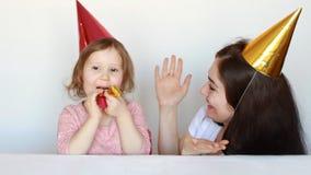 Счастливые мама и ребенок на вечеринке по случаю дня рождения, играющ в клоунах и фокусе выставки Представление и цирк Будьте мат видеоматериал