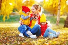 Счастливые мать и дети семьи на осени идут стоковая фотография