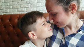 Счастливые мать и сынок сток-видео