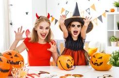Счастливые мать семьи и дочь ребенка в костюмах для hallowe Стоковое Изображение RF