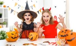 Счастливые мать семьи и дочь ребенка в костюмах для hallowe Стоковые Изображения RF