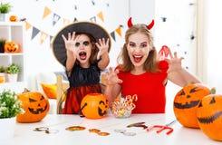 Счастливые мать семьи и дочь ребенка в костюмах для hallowe Стоковые Изображения