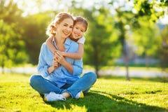 Счастливые мать семьи и дочь ребенка в природе летом стоковые фото