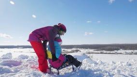 Счастливые мать семьи и дочь ребенка на прогулке зимы outdoors sledging Красивая семья наслаждаться матери и детей акции видеоматериалы