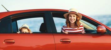 Счастливые мать семьи и мальчик ребенка идут к отключению перемещения лета в автомобиле стоковые фото