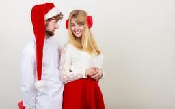 Счастливые милые женщина и человек пар Рождество стоковое изображение rf