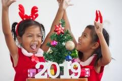 Счастливые 2 милых азиатских девушки ребенка с 2019 стоковые фото