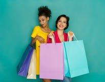 Счастливые многонациональные девушки с хозяйственными сумками Стоковые Фотографии RF