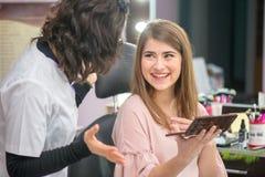 Счастливые модельные спасибо к ее cosmetician стоковое изображение rf
