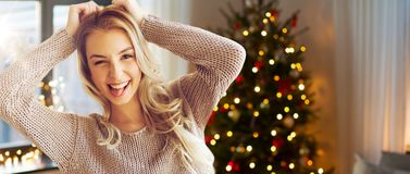 Счастливые молодая женщина или девочка-подросток дома стоковое изображение rf
