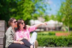 Счастливые молодые городские девушки в европейском городе Кавказские туристы имея потеху совместно outdoors Стоковое фото RF