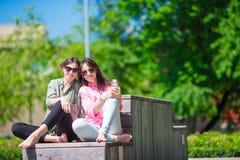 Счастливые молодые городские девушки в европейском городе Кавказские туристы имея потеху совместно outdoors Стоковое Изображение