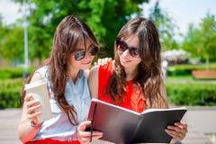 Счастливые молодые городские девушки в европейском городе Кавказские туристы имея потеху совместно outdoors Стоковые Фотографии RF