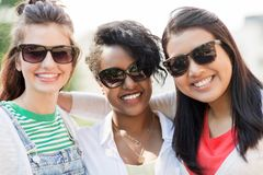 Счастливые молодые женщины в солнечных очках outdoors Стоковые Изображения