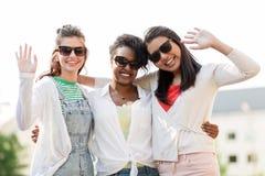 Счастливые молодые женщины в солнечных очках outdoors Стоковые Фотографии RF