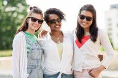 Счастливые молодые женщины в солнечных очках outdoors Стоковое фото RF