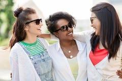 Счастливые молодые женщины в солнечных очках outdoors Стоковое Фото