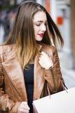 Счастливые молодые женщины идя и ходя по магазинам в городе Ультрамодный потребитель женщины смотря окна магазина Стоковые Фотографии RF