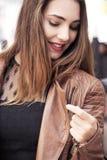 Счастливые молодые женщины идя и ходя по магазинам в городе Ультрамодный потребитель женщины смотря окна магазина Стоковое фото RF