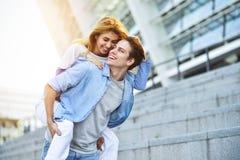 Счастливые молодые кавказские пары имея потеху с автожелезнодорожными перевозками outdoors стоковые фото