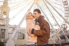 Счастливые молодые любовники обнимают outdoors Стоковые Фото
