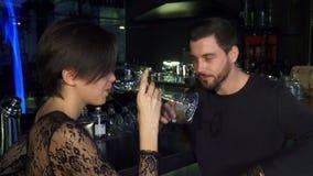 Счастливые молодые любящие пары наслаждаясь togather пить на местном ресторан баре сток-видео