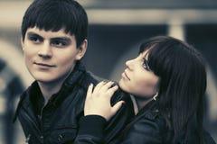 Счастливые молодые пары в влюбленности идя в улицу города стоковые фотографии rf