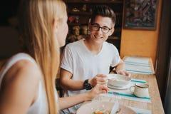 Счастливые молодые пары в влюбленности имея славную дату в баре или ресторане Они говоря некоторые рассказы о себе Стоковая Фотография RF