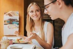 Счастливые молодые пары в влюбленности имея славную дату в баре или ресторане Они говоря некоторые рассказы о себе Стоковое Изображение