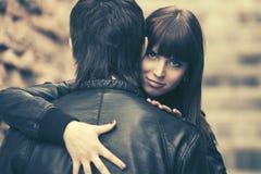 Счастливые молодые пары в влюбленности обнимая в улице города стоковое изображение rf