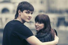 Счастливые молодые пары в влюбленности обнимая в улице города стоковые изображения