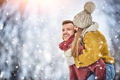 Счастливые молодые пары в зиме паркуют смеяться над и иметь потехой семья outdoors стоковая фотография rf