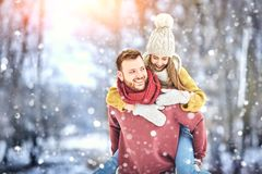 Счастливые молодые пары в зиме паркуют смеяться над и иметь потехой семья outdoors стоковые фотографии rf
