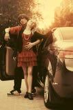 Счастливые молодые пары в любов вне нового обратимого автомобиля стоковая фотография rf