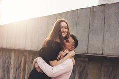 Счастливые молодые пары друзей, подростков, студентов обнимая, имеющ потеху на улице города стоковые фото