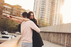 Счастливые молодые пары друзей, подростков, студентов обнимая на улице города стоковое фото